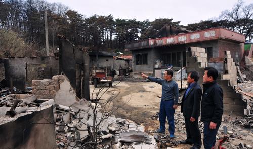 지난 9일 산불 피해를 입은 강원도 고성군 토성면 인흥리 마을. 주민 김철수씨와 황철순 농촌지도자고성군연합회장, 김은수 속초시연합회장(왼쪽부터)이 안타까움을 감추지 못하고 있다.